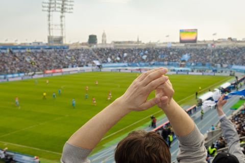 Fußball Fans Lassen Kuscheltiere Regnen Rpr1
