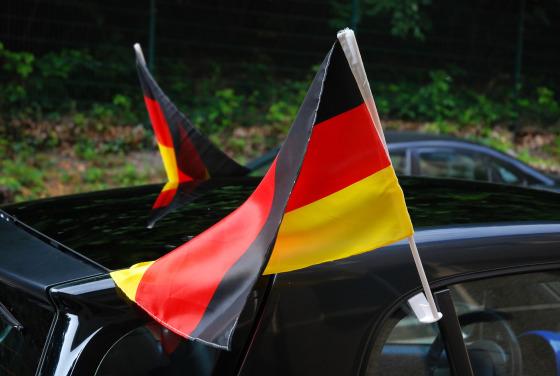 Flaggen am Auto_HEADER_Konrad Mostert/shutterstock.jpg