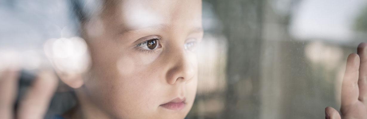 Junge-hinter-Fenster_1230-x-400.jpg