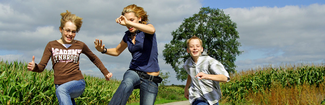 Kindergruppe-springen_1230-x-400.jpg